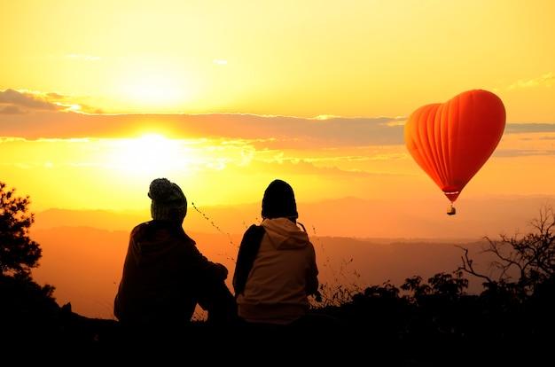 Mensen genoten van zonsopkomst op de bergtop.