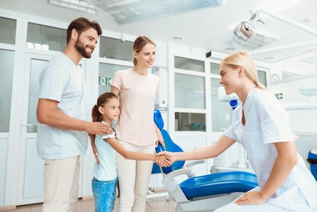 Mensen glimlachen en hebben plezier met een arts