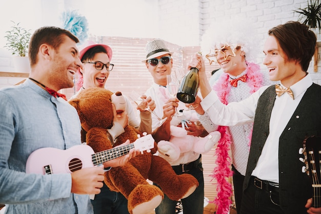 Mensen gooien confetti en gitaren spelen op feestje.