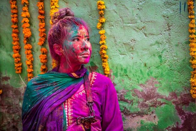 Mensen gooien kleuren naar elkaar tijdens het holi-feest in de krishna-tempel