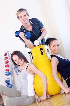 Mensen groep doen fitness oefeningen