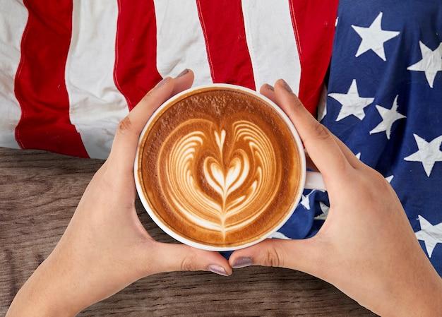 Mensen hand houden kopje koffie met 4 juli