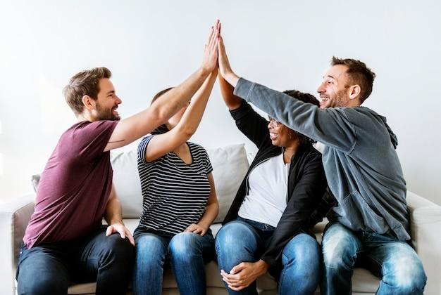Mensen hand in hand samen