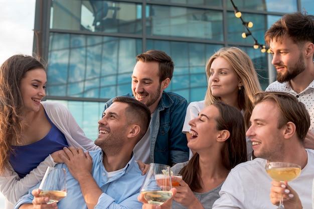 Mensen hebben een geweldige tijd op een feestje