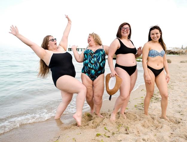 Mensen hebben een goede tijd op het strand