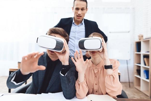 Mensen hebben plezier met een virtual reality-bril op het werk.