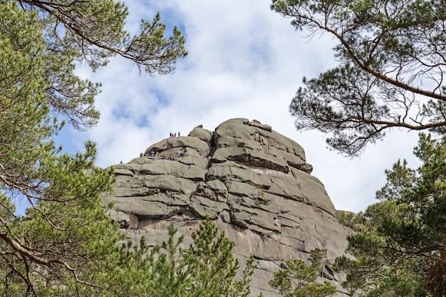 Mensen hoog op de berg. bergwandelingen. rotsklimmen. burabay national nature park in de republiek kazachstan. mei 2019.