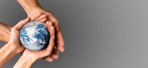 Mensen houden de aarde in hun handen