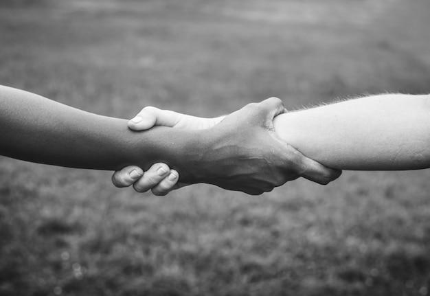 Mensen houden elkaar vast