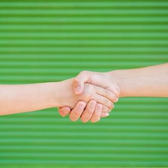 Mensen houden hun handen vast