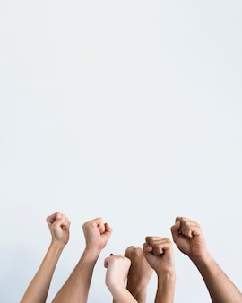 Mensen houden samen vuisten tegen