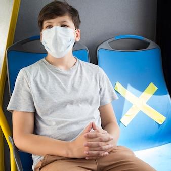 Mensen houden sociale afstand in de bus
