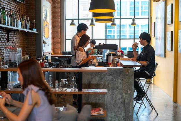 Mensen in coffeeshop