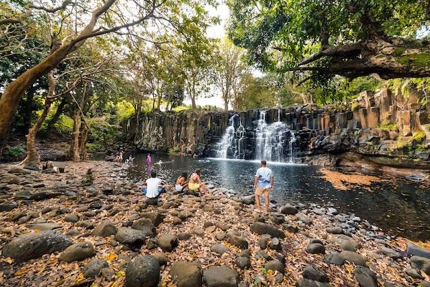 Mensen in de buurt van de rochester falls op het eiland mauritius.