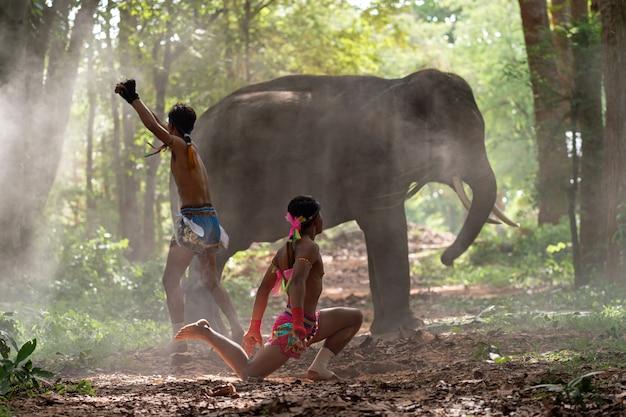 Mensen in de jungle met een olifant
