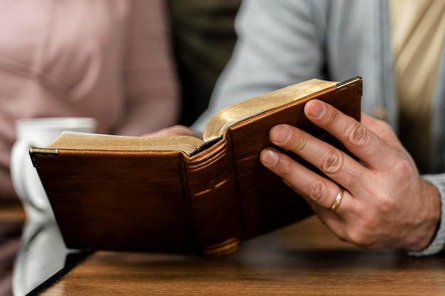 Mensen in de keuken lezen uit de bijbel