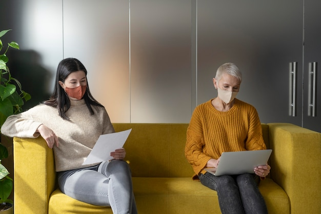 Mensen in de werkruimte sociale afstand nemen