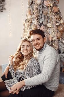 Mensen in een kerstversiering. man in een grijze trui. familie thuis.