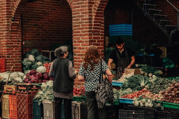 Mensen in een markt in mexico