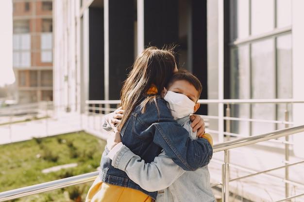 Mensen in een masker staan op straat