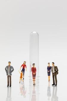 Mensen in glazen buizen tijdens de coronaviruspandemie voor de veiligheid