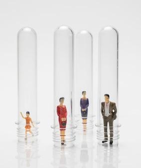 Mensen in glazen buizen tijdens de pandemie ter bescherming