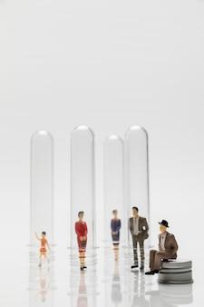 Mensen in glazen buizen tijdens de pandemie ter preventie