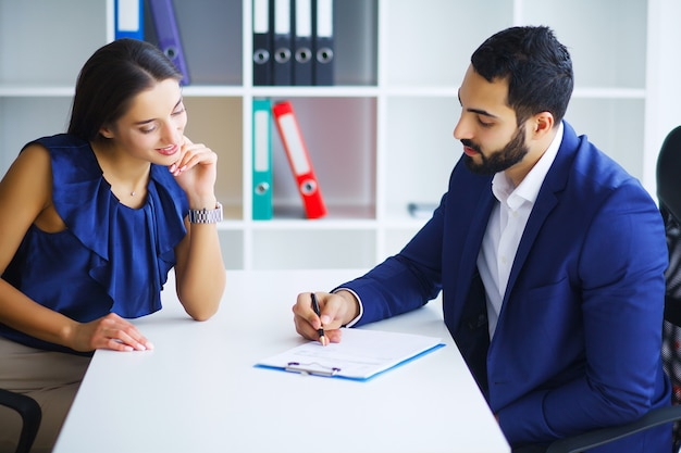 Mensen in het kantoor die contract ondertekenen
