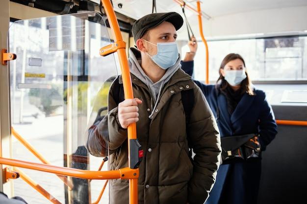 Mensen in het openbaar vervoer die een masker dragen