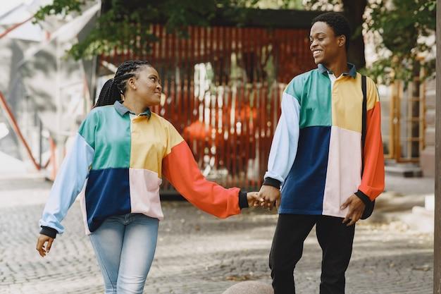 Mensen in identieke kleding. afrikaans paar in de herfststad.