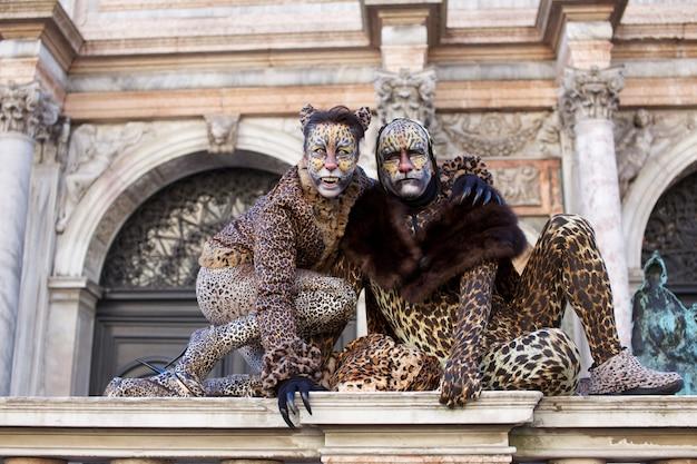 Mensen in kostuum voor carnaval van venetië