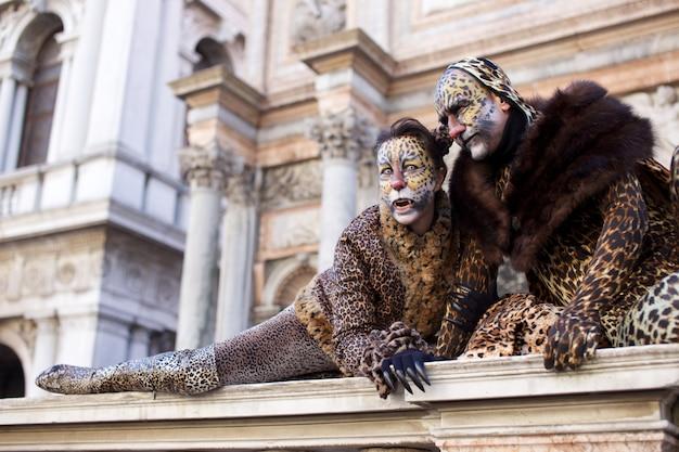 Mensen in kostuum voor het carnavalfeest van venetië