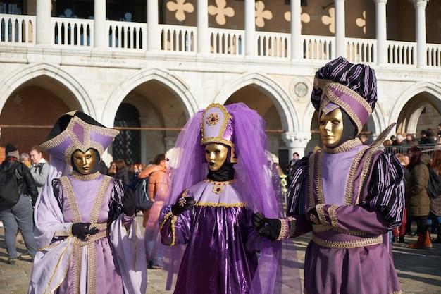 Mensen in maskers en kostuums op het carnaval van venetië