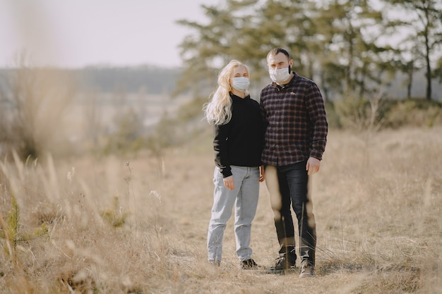 Mensen in maskers loopt in een veld
