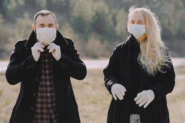 Mensen in maskers wandelingen in een bos