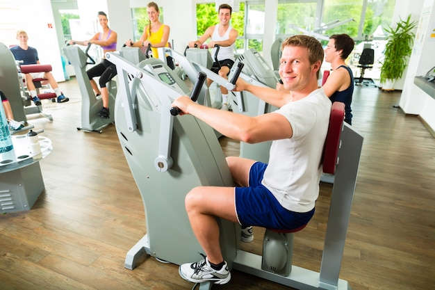 Mensen in sportgymnastiek op machines