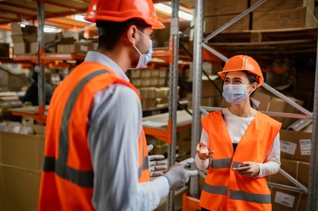 Mensen in veiligheidsuitrusting op het werk