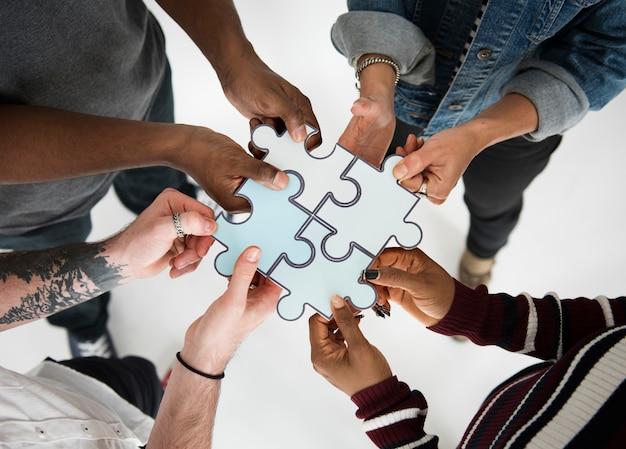 Mensen jigsaw puzzle samen partnerschap teamwork
