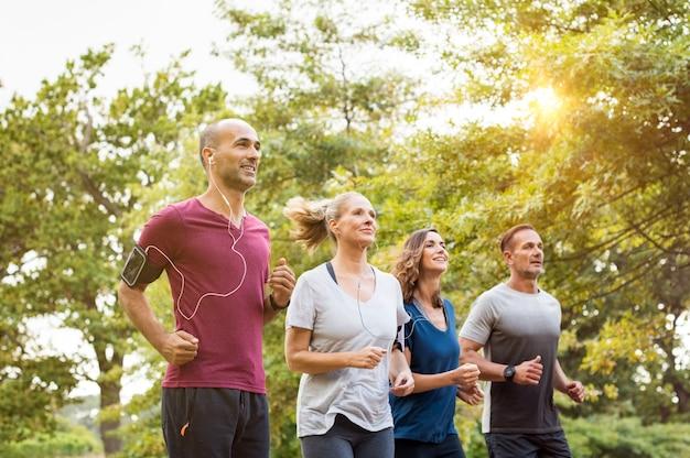Mensen joggen in het park