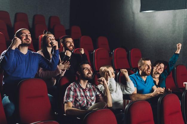 Mensen juichen in bioscoopzaal