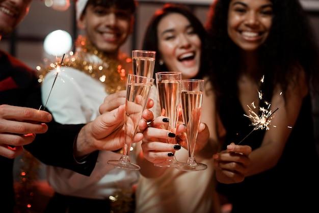 Mensen juichen op een oudejaarsfeestje