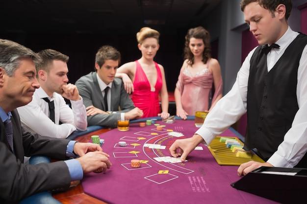 Mensen kijken naar blackjack-kaarten voor dealers in het casino