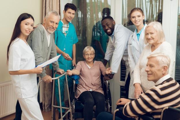 Mensen kijken naar de camera in de kliniek.
