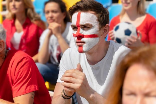 Mensen kijken naar een leuk voetbalteam