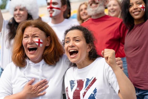 Mensen kijken naar een voetbalwedstrijd