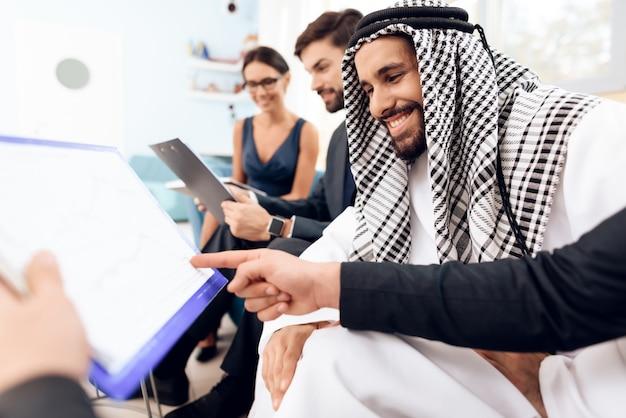 Mensen kijken naar het businessplan en glimlachen ..