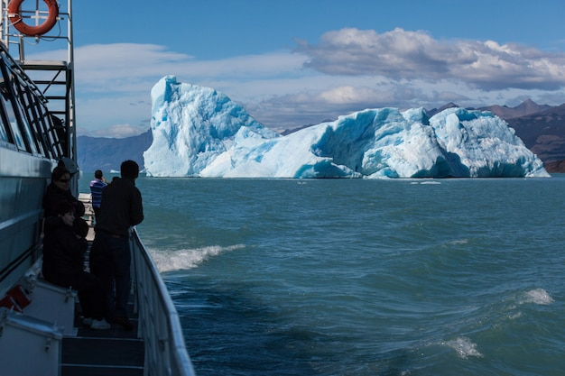 Mensen kijken naar iceberg