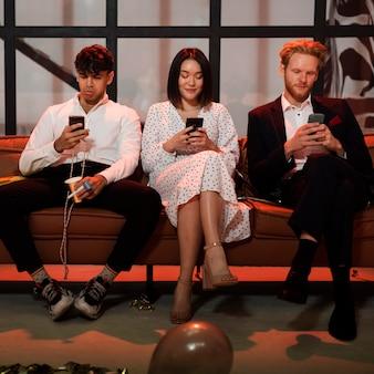 Mensen kijken op hun telefoon op oudejaarsavond