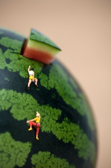 Mensen klimmen watermeloen
