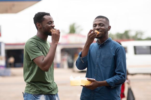 Mensen krijgen streetfood